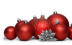 Gruppe rote Weihnachtsbälle lokalisiert auf weißem Hintergrund Lizenzfreie Stockfotografie