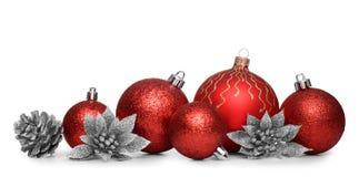 Gruppe rote Weihnachtsbälle lokalisiert auf weißem Hintergrund Stockfotografie