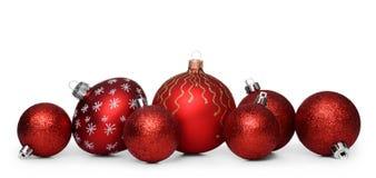 Gruppe rote Weihnachtsbälle lokalisiert auf weißem Hintergrund Stockbild