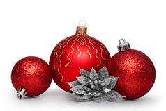 Gruppe rote Weihnachtsbälle lokalisiert auf weißem Hintergrund Stockbilder