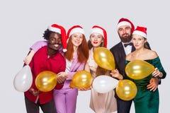 Gruppe schöne glückliche hübsche Freunde in roter Kappenstellung, h stockfoto