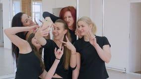 Gruppe schöne junge Frauen, die ein selfie mit Smartphone während einer Stangentanzklasse nehmen stock video