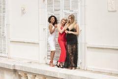 Gruppe schöne sexy Damen in den eleganten Kleidern am sonnigen summe lizenzfreies stockfoto