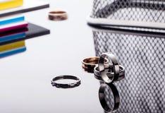 Gruppe schöner Schmuck schellt auf Tabelle mit Reflexion und mit modernem Hintergrund Stockfotos