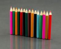 Gruppe Scharfes farbige Bleistifte mit Reflexionen Lizenzfreie Stockfotografie