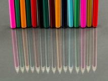 Gruppe Scharfes farbige Bleistifte mit Reflexionen Lizenzfreies Stockbild
