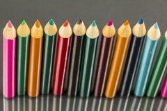 Gruppe Scharfes farbige Bleistifte mit Reflexionen Lizenzfreie Stockbilder