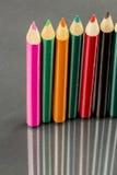 Gruppe Scharfes farbige Bleistifte mit Reflexionen Stockfotografie