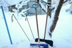 Gruppe Schaufeln im hohen Schnee Lizenzfreie Stockfotos