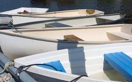 Gruppe Schlauchboote gebunden am Dock Lizenzfreies Stockfoto