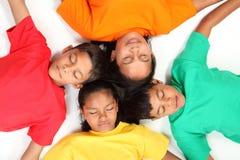 Gruppe Schulefreunde, welche die Augen geschlossen stillstehen Lizenzfreies Stockbild