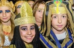Gruppe Schulkinder, die ägyptische Kostüme für maskenbal tragen lizenzfreie stockfotografie