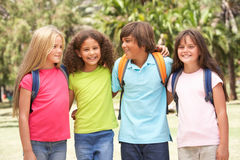 Gruppe Schulkinder, die im Park stehen Lizenzfreies Stockfoto