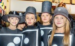 Gruppe Schulkinder, die Kostüme für maskenball tragen stockfoto