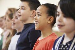 Gruppe Schulkinder, die zusammen im Chor singen Stockbild