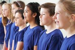 Gruppe Schulkinder, die zusammen im Chor singen Lizenzfreie Stockfotografie
