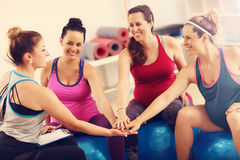 Gruppe schwangere Frauen während der Eignungsklasse stockbilder