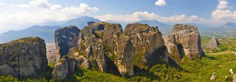 Gruppe sehr große Felsen nähern sich Kalabaka Stadt Stockfotos