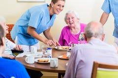 Gruppe Senioren, die Lebensmittel im Pflegeheim essen stockfotografie