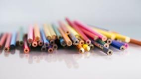 Gruppe sinnlose farbige Bleistifte mit Details und Reflexionen Stockfotos