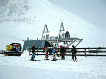 Gruppe Skifahrer in den Bergen Stockfotografie