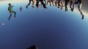 Gruppe Skydivers, die in blauen Himmel fallen, machen Bildung Extreme Liebhaberei fachleute stock footage