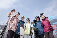Gruppe Snowboarder in Ski Resort, niedrige Winkelsicht Lizenzfreie Stockfotos