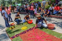 Gruppe stellen Karwocheteppich, Antigua, Guatemala her Stockfoto