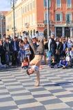 Gruppe Straßentänzer, die ein Breakdanceprogramm durchführen Stockbilder
