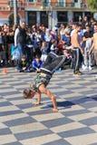 Gruppe Straßentänzer, die ein Breakdanceprogramm durchführen Lizenzfreie Stockbilder