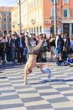 Gruppe Straßentänzer, die ein Breakdanceprogramm durchführen Stockbild