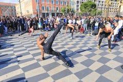 Gruppe Straßentänzer, die ein Breakdanceprogramm durchführen Stockfotos