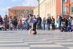 Gruppe Straßentänzer, die ein Breakdanceprogramm durchführen Stockfotografie