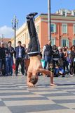 Gruppe Straßentänzer, die ein Breakdanceprogramm durchführen Lizenzfreies Stockfoto