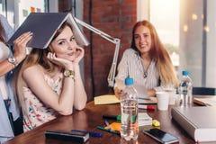 Gruppe Studenten, die am Arbeitstisch im Klassenzimmer sitzen stockfoto