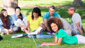 Gruppe Studenten, die auf dem Campus studieren Lizenzfreies Stockbild