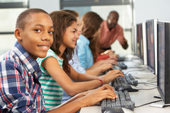 Gruppe Studenten, die an den Computern im Klassenzimmer arbeiten stockfotografie
