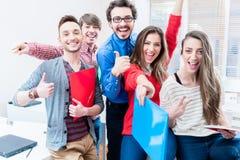 Gruppe Studenten, die Erfolg in den Prüfungen feiern lizenzfreie stockfotografie