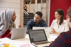 Gruppe Studenten, die für Tutorium mit Lehrer sich treffen lizenzfreies stockfoto