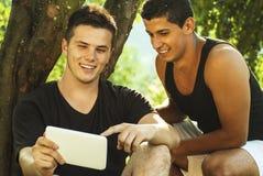 Gruppe Studenten, die im Freien lernen Lizenzfreies Stockbild