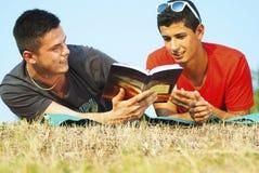 Gruppe Studenten, die im Freien lernen Lizenzfreie Stockbilder