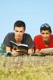 Gruppe Studenten, die im Freien lernen Lizenzfreie Stockfotografie