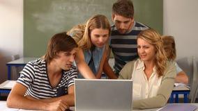 Gruppe Studenten, die Laptop im Klassenzimmer verwenden stock video