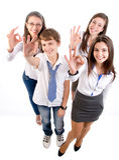 Gruppe Studenten, die okayzeichen geben Stockfotografie