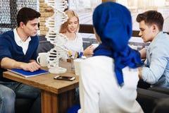 Gruppe Studenten, die Projektarbeit in der Genetik vorbereiten lizenzfreie stockfotografie
