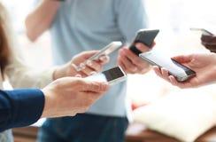 Gruppe Studenten, die Smartphones aufpassen Sucht der jungen Leute zu den Tendenzen der neuen Technologie stockfotos
