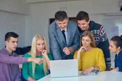 Gruppe Studenten, die suppport vom Lehrer erhalten Lizenzfreie Stockfotos