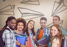 Gruppe Studenten, die vor Papierflugzeuggraphiken stehen Lizenzfreies Stockfoto