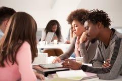Gruppe Studenten, die zusammen studieren Stockfotografie