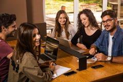 Gruppe Studenten, die zusammenarbeiten Lizenzfreie Stockfotos